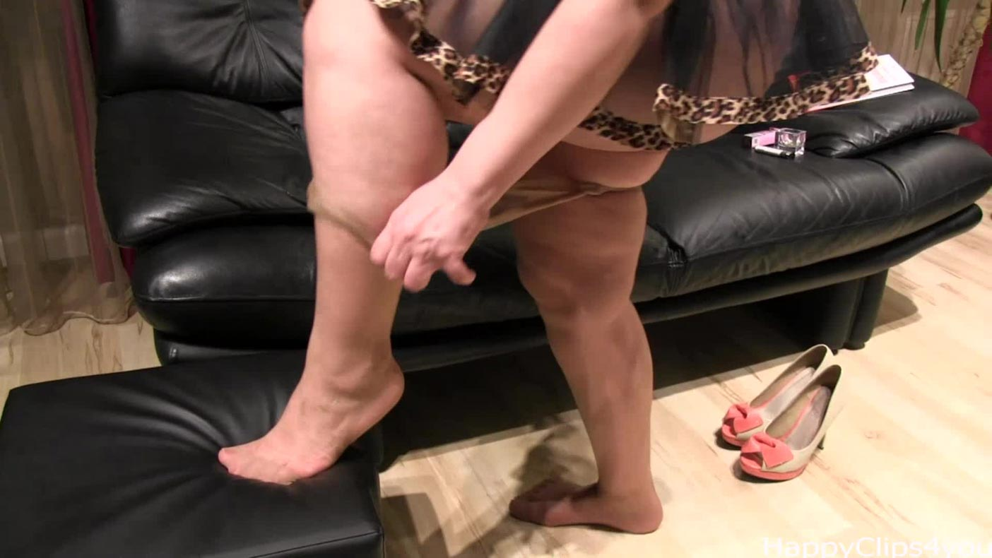 Alisa's legs and barefoot play video