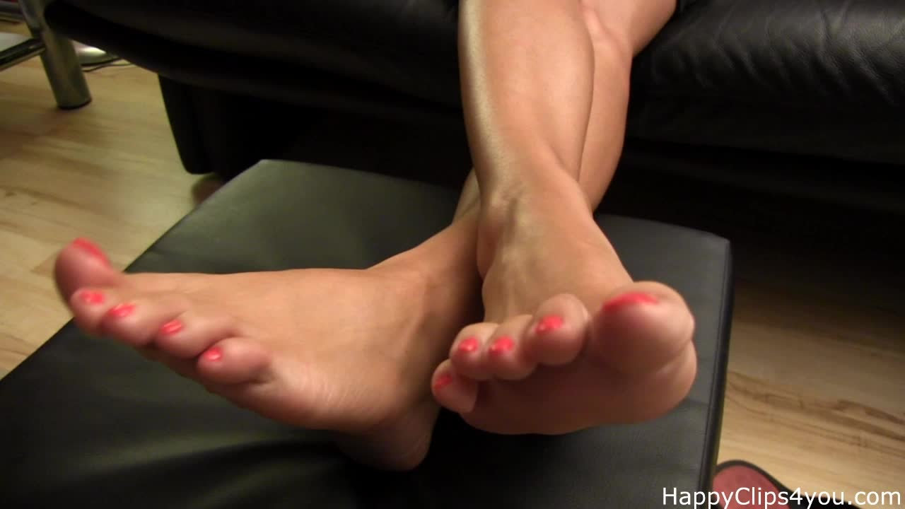 Blond slut playing with her barefoot