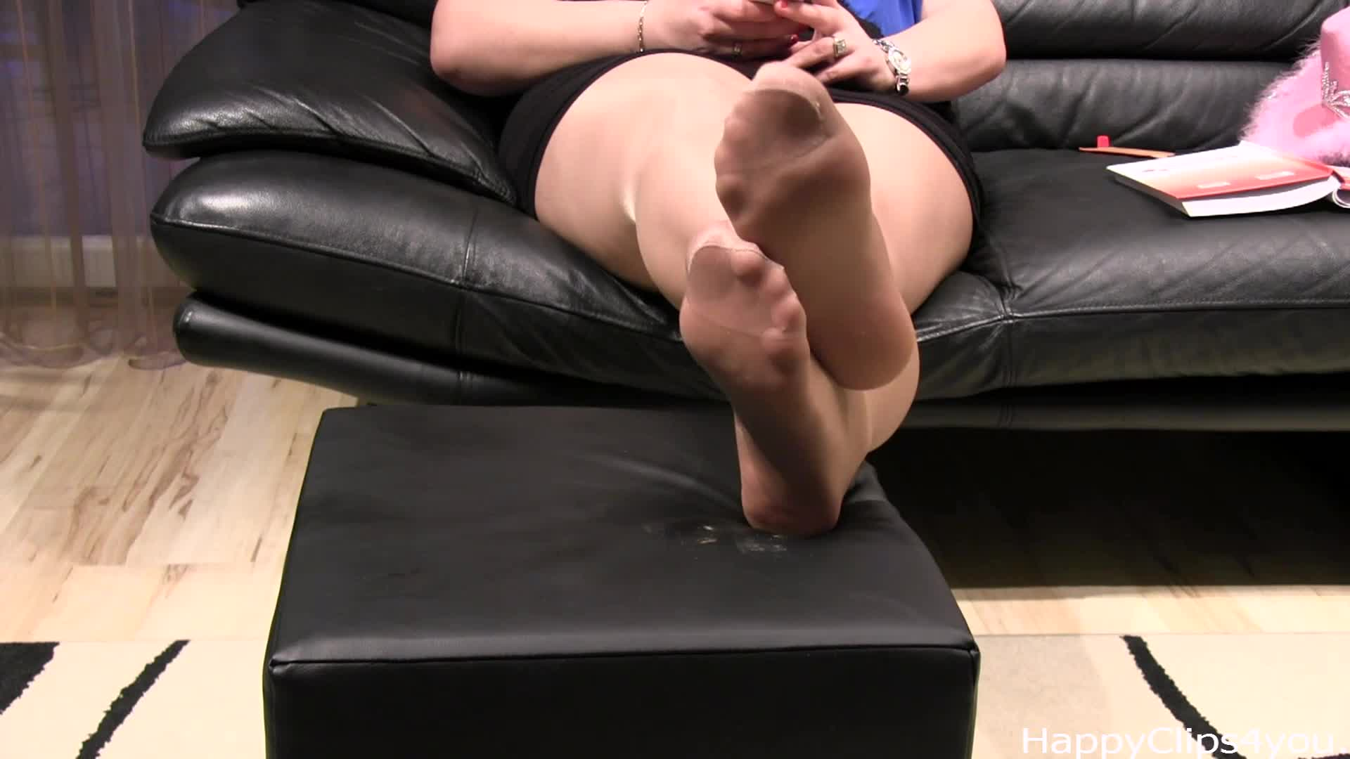 Carolina takes off her boots